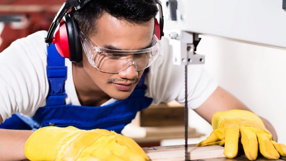 Come scegliere gli occhiali antinfortunistici e di protezione corretti